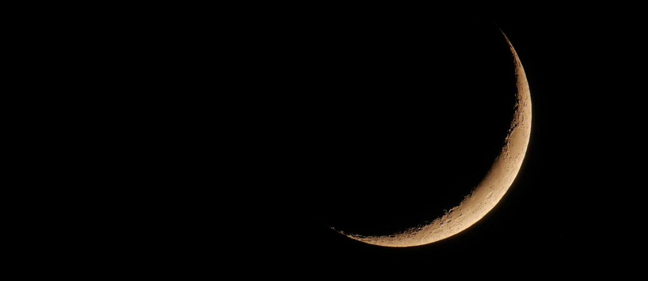 luna en forma de sonrisa en la noche