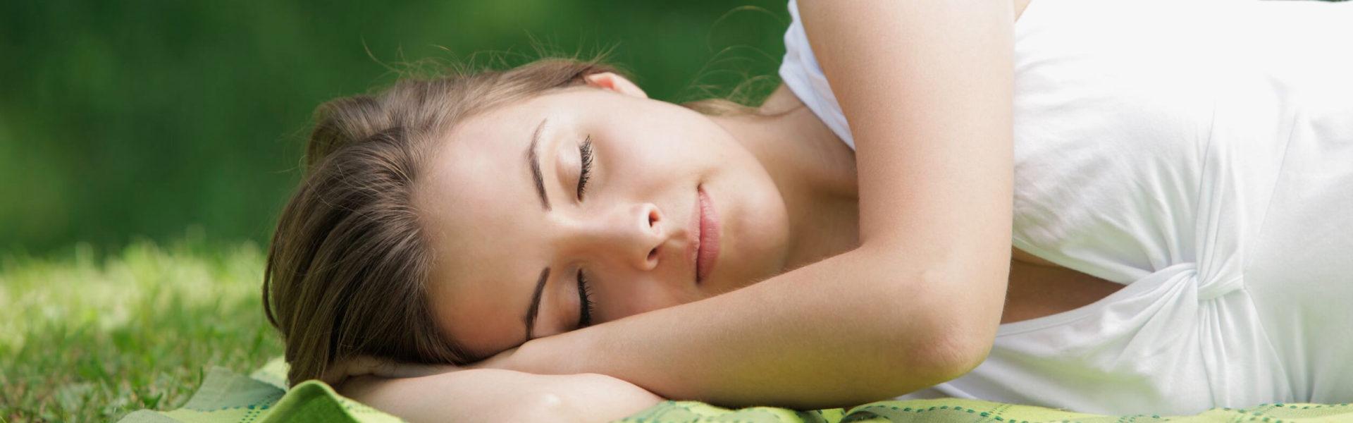 bella mujer relajada durmiendo naturaleza