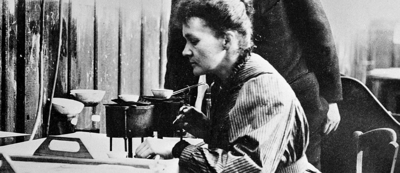 Eres una mujer Alice - Maria Curie in lab - Alice in Beautyland