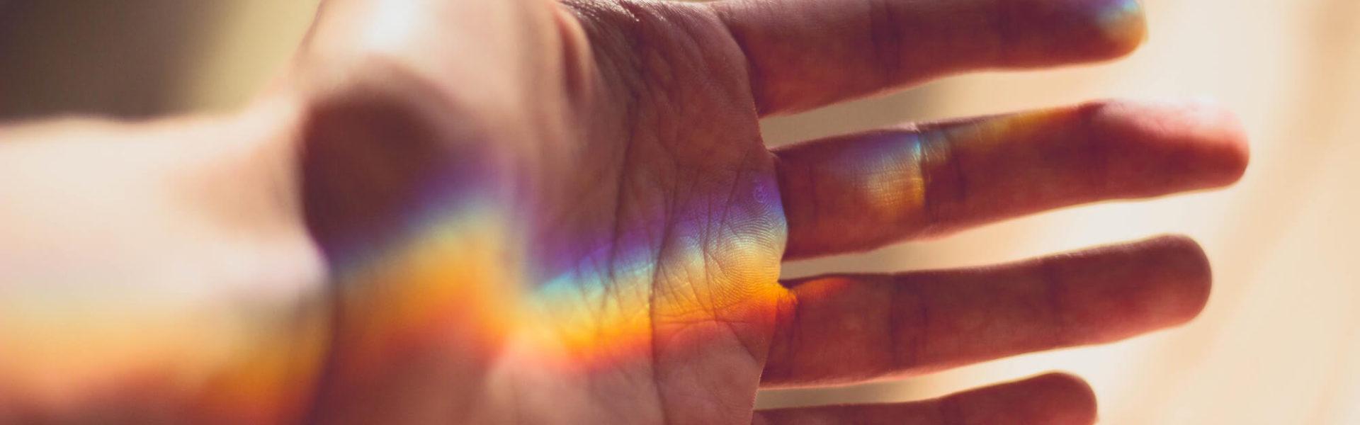 Cromoterapia - La Terapia del Color - Alice in Beautyland - Mano arcoiris