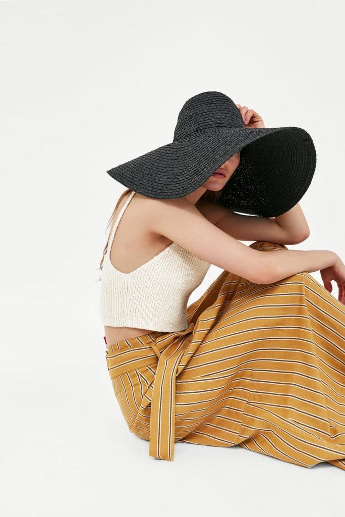 Las tendencias de moda para esta primavera-ALICE IN BEAUTYLAND-Sombreros-Zara-Falda midi rayas-top de punto y pamela negra