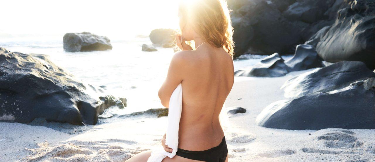 Como tomar el sol sin quemarse-Alice in Beautyland-woman beach